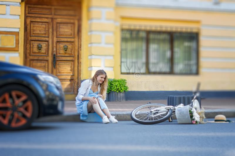 La femme a eu l'accident tout en montant sur la bicyclette photo stock