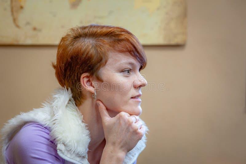 la femme examine et identifie l'odeur sur des conférences au sujet des odeurs naturelles photographie stock libre de droits
