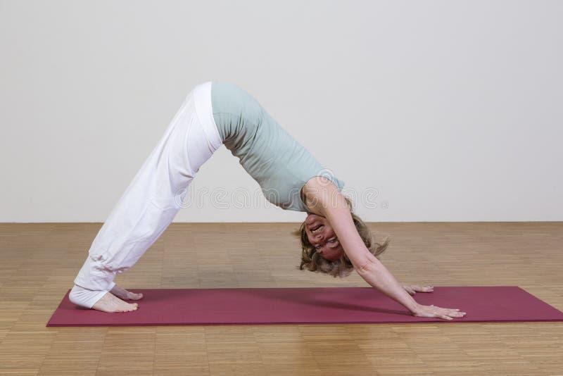 La femme exerce le yoga photos stock