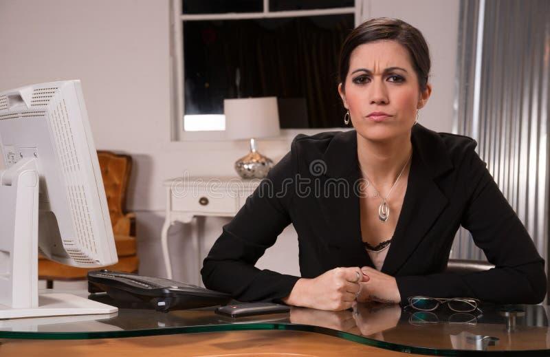 La femme féminine d'affaires d'employé de bureau claque le poing sur le bureau images stock