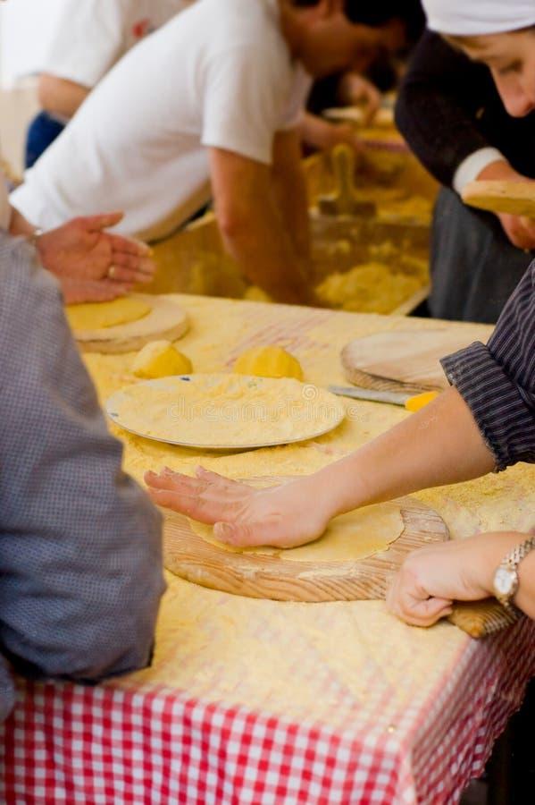 La femme faisant des talos, tortilla qu'enveloppe le txistorra photo libre de droits
