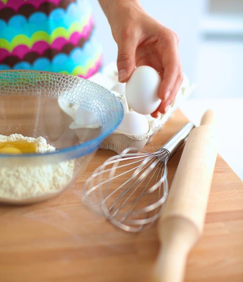 La femme fait des gâteaux dans la cuisine photos libres de droits