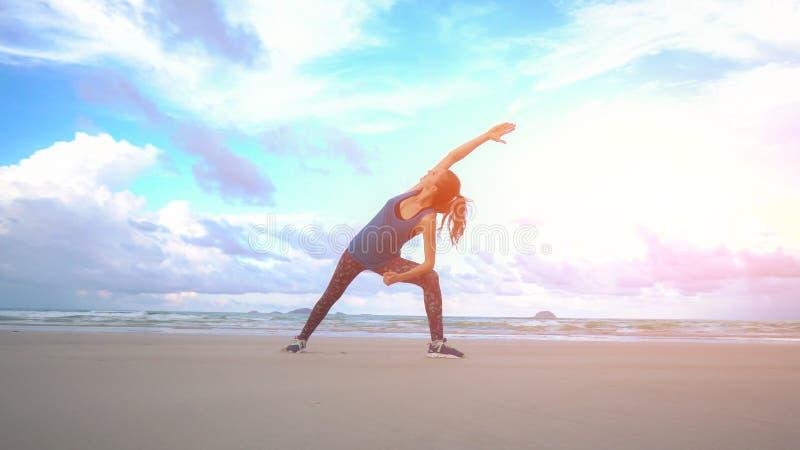 La femme fait la pose de yoga sur la plage au Vietnam Relaxation femelle heureuse de mer ou d'océan L'eau et vagues Mains et ciel images stock