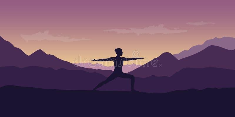 La femme fait la pose de yoga au beau paysage de nature de montagne pourpre illustration libre de droits