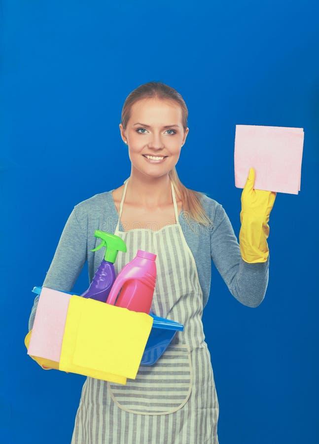 La femme gaie nettoie quelque chose avec la mèche et le jet attentivement image libre de droits