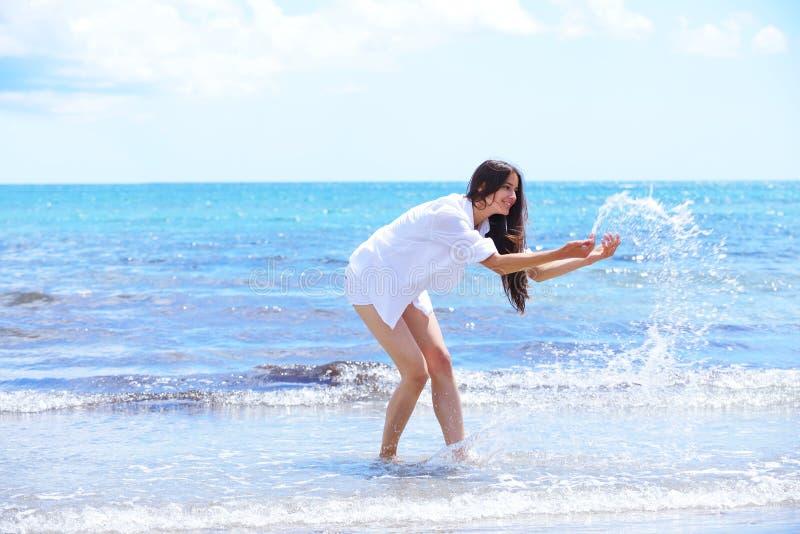 La femme heureuse apprécient des vacances d'été photo libre de droits
