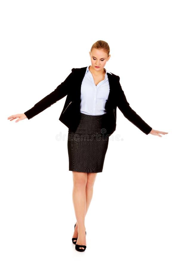 La femme heureuse d'affaires marche avec les mains répandues photos libres de droits