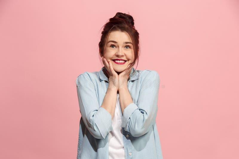 La femme heureuse d'affaires se tenant et souriant sur le fond rose images libres de droits