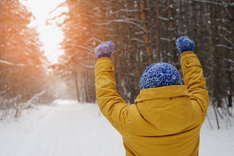 La femme heureuse de beauté gagne au coucher du soleil en parc en hiver photo stock