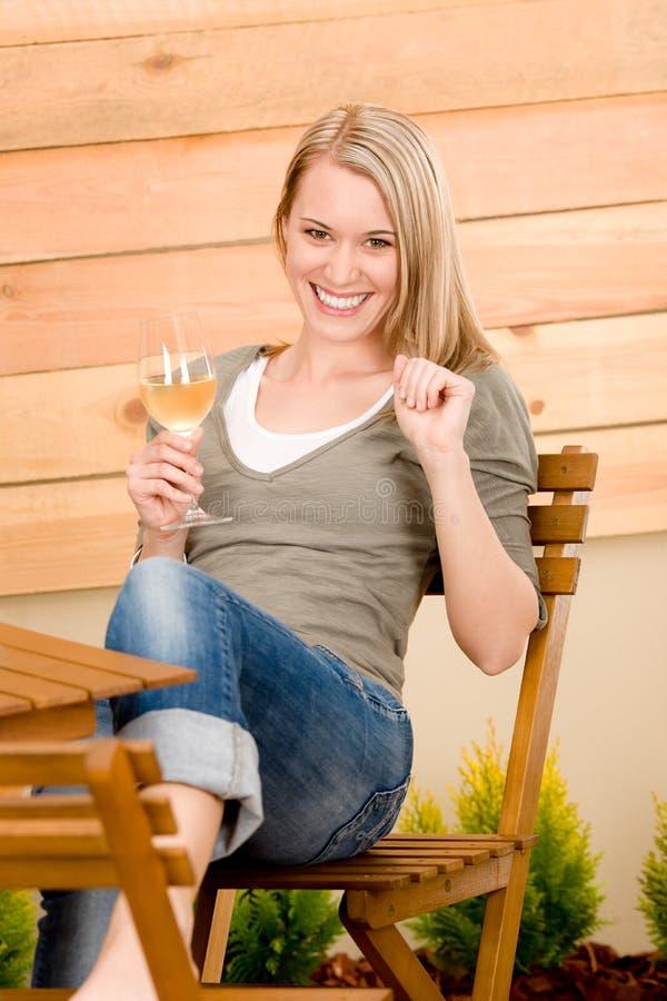 La femme heureuse de jardin apprécient la terrasse en verre de vin images libres de droits