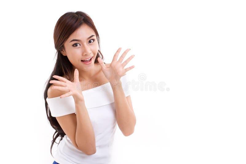 La femme heureuse et étonnée au-dessus du blanc a isolé le fond photo stock