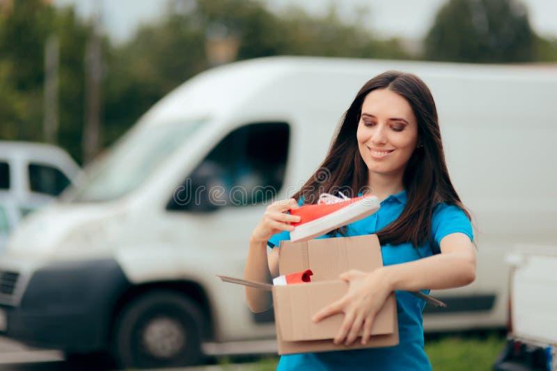 La femme heureuse recevant des chaussures de sport a achet? en ligne image libre de droits
