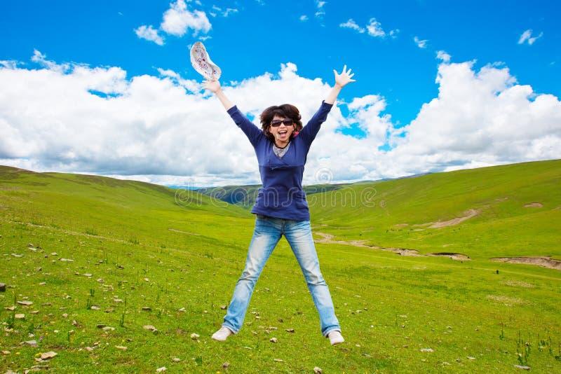 La femme heureuse sautent photo stock