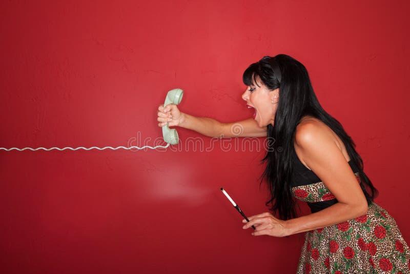 La femme hurle au téléphone image libre de droits