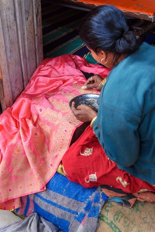 La femme indienne d?core le saree par des paillettes et des perles ? Amer Rajasthan l'Inde images stock