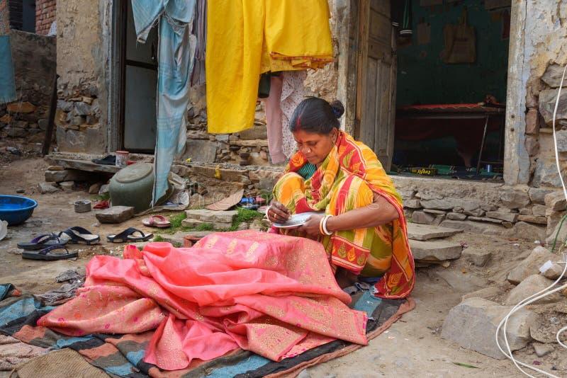 La femme indienne d?core le saree par des paillettes et des perles ? Amer Rajasthan l'Inde image libre de droits
