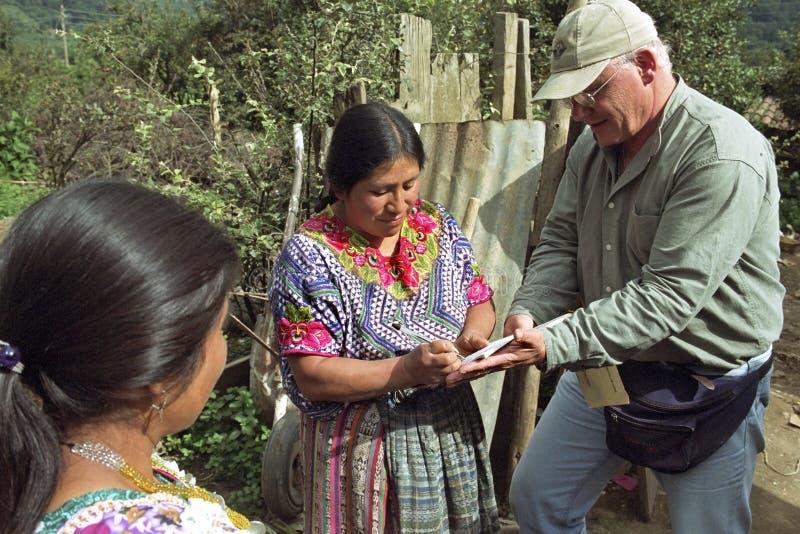 La femme indienne met la signature sur le bon de la livraison image libre de droits