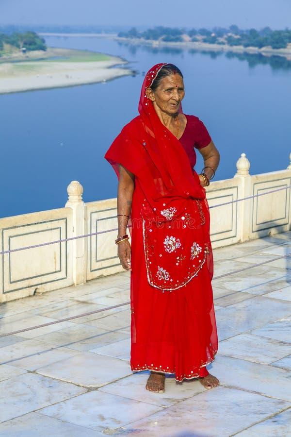 La femme indienne se tient devant la rivière Yamuna photographie stock