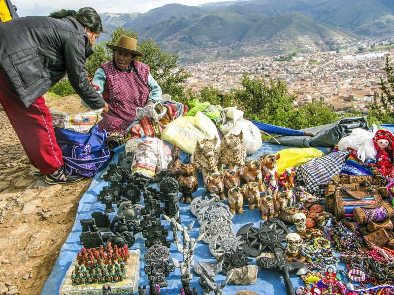 La femme indienne vend des souvenirs aux touristes image libre de droits