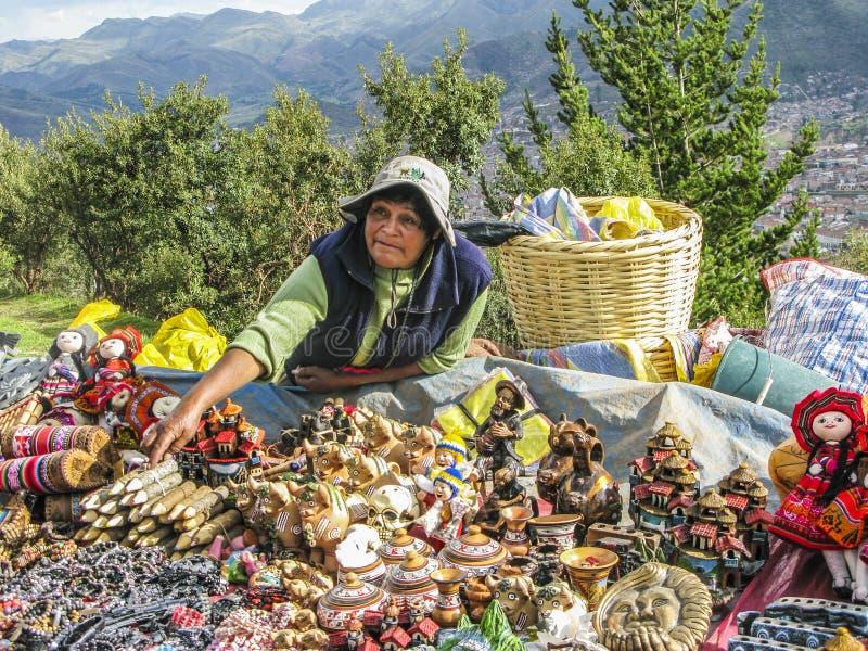La femme indienne vend des souvenirs aux touristes photo stock