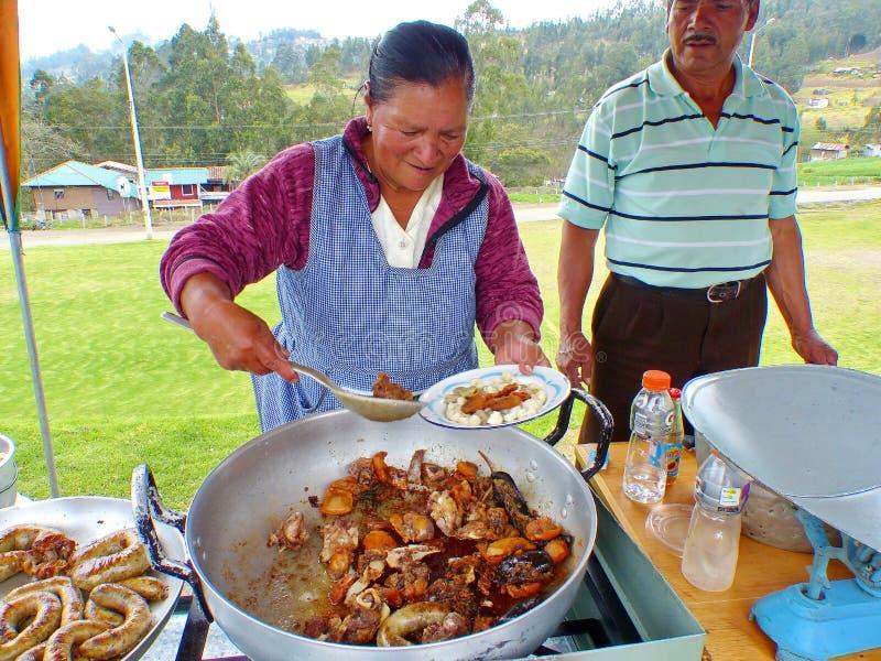La femme indigène prépare la nourriture traditionnelle d'Ecuado photos libres de droits