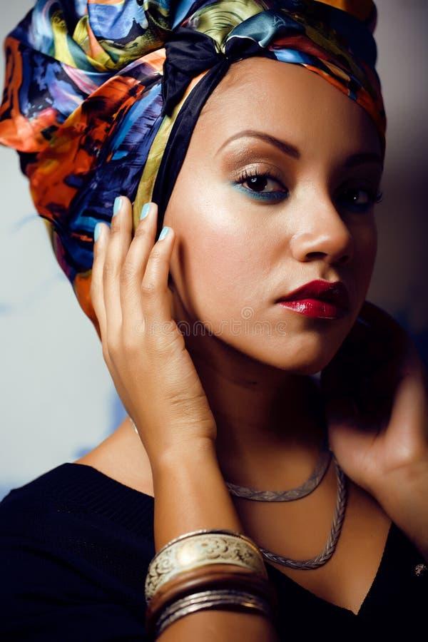 La femme intelligente avec créatif composent, châle sur la tête photo stock