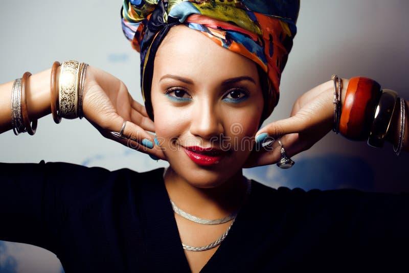 La femme intelligente avec créatif composent, châle sur la tête image stock