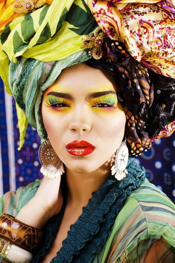 La femme intelligente de beauté avec créatif composent, beaucoup de châles sur la tête l image libre de droits