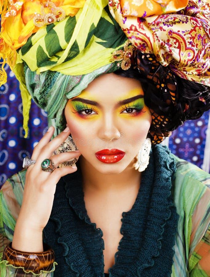 La femme intelligente de beauté avec créatif composent, beaucoup de châles sur la tête l photos stock