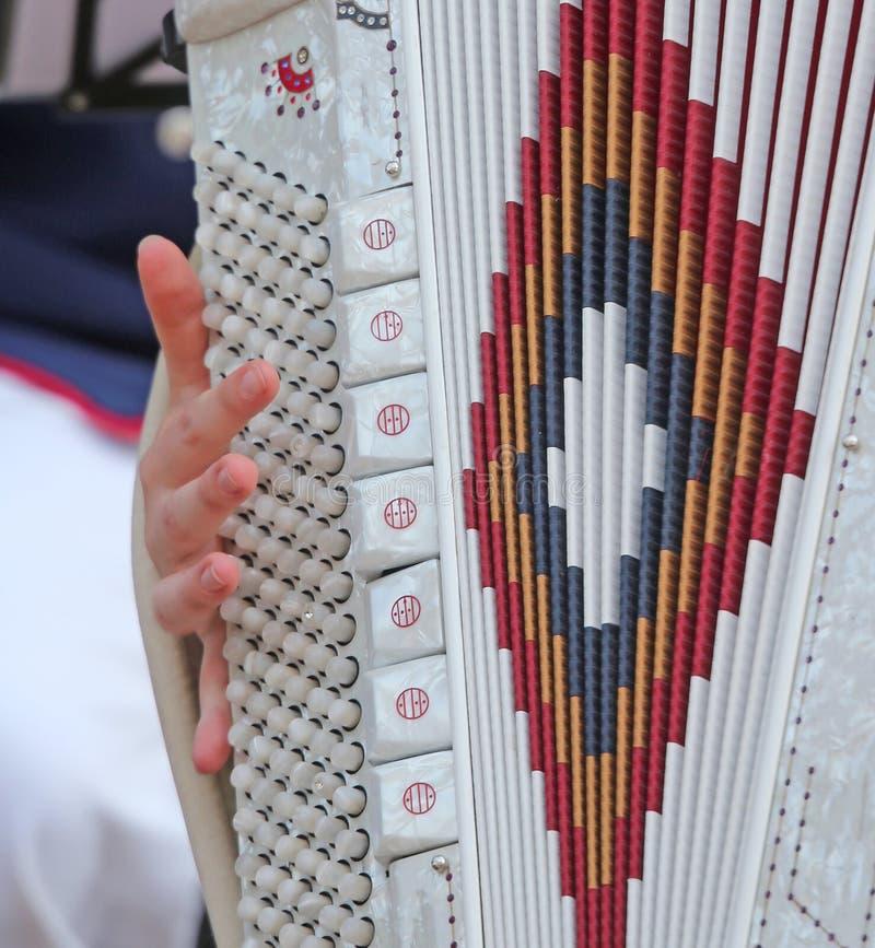 La femme joue le clavier antique d'accordéon image stock