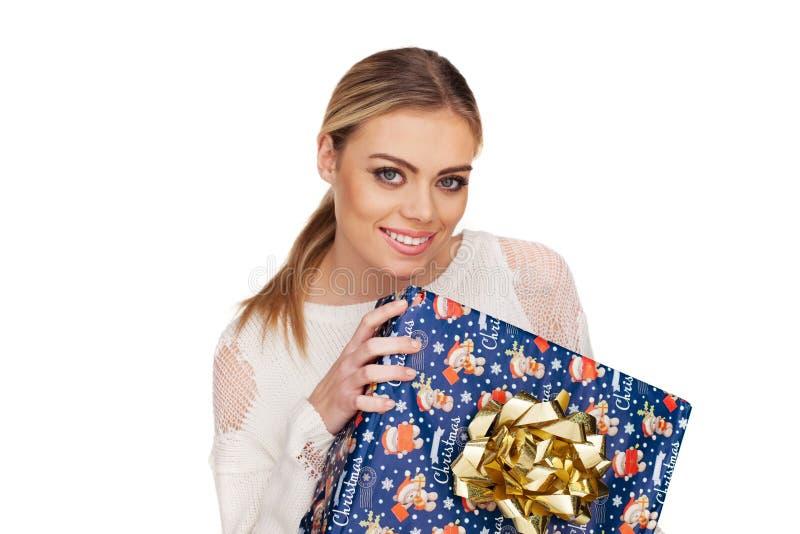 La femme juge un cadeau enveloppé en papier de Noël image stock