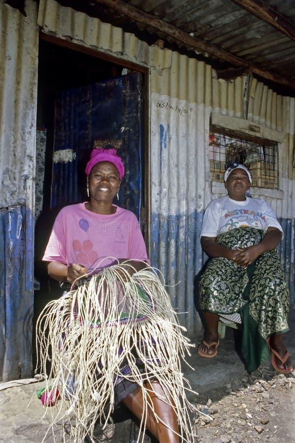La femme kenyane repose le tressage de corde dans le taudis, Nairobi images libres de droits