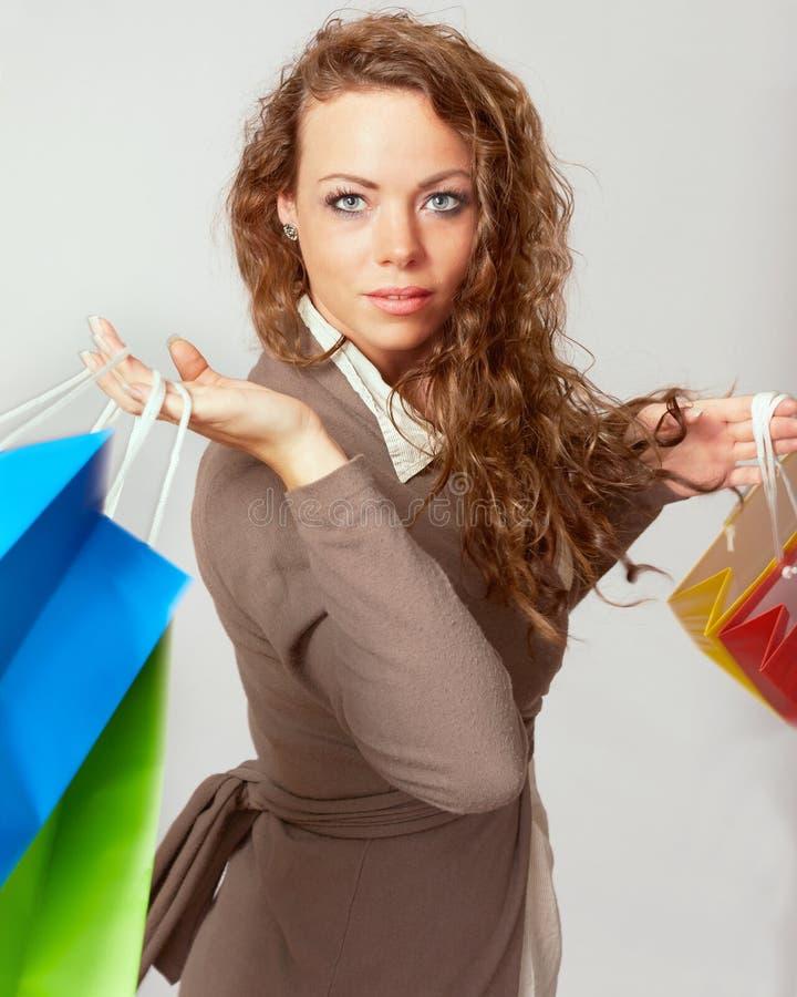 La femme a l'amusement sur des dépenses extravagantes image stock