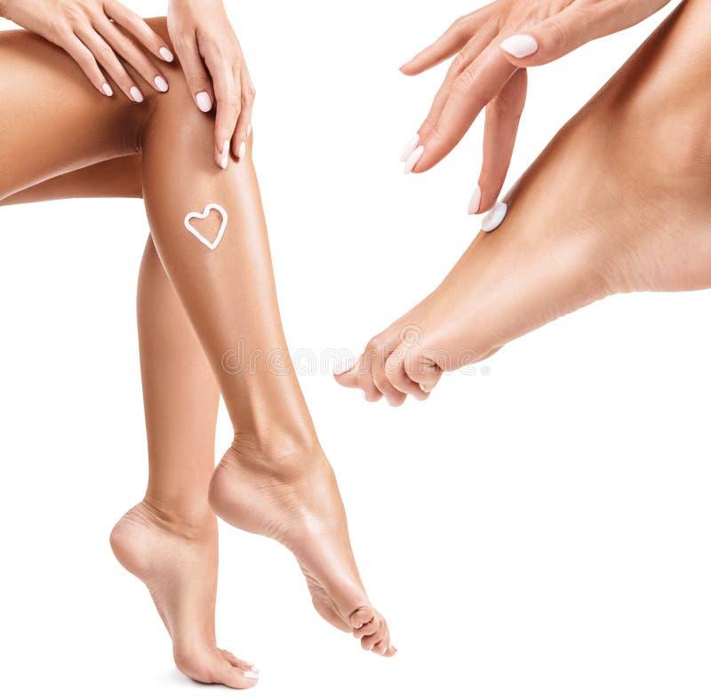 La femme a la crème sur sa jambe photo libre de droits