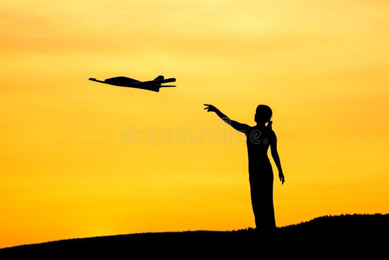 La femme lance l'avion de jouet image libre de droits