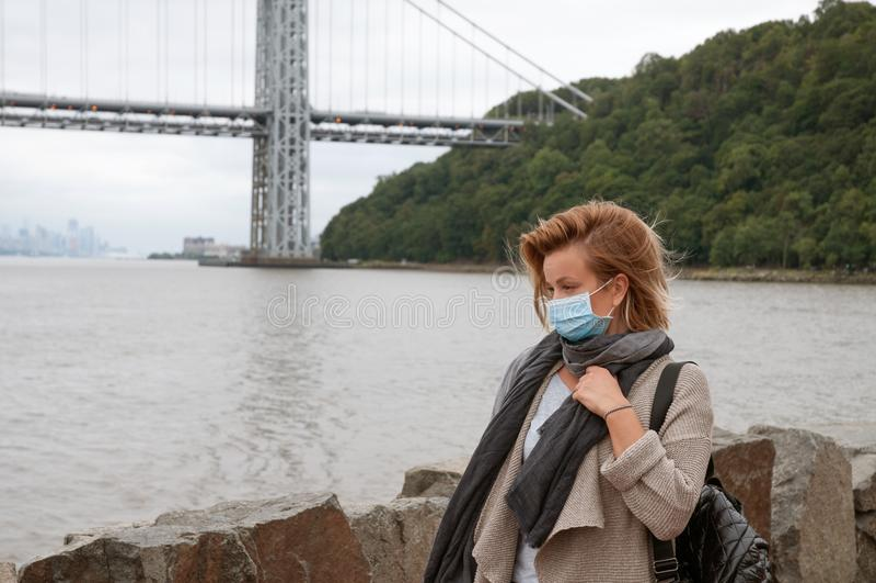 La femme a le froid ou la grippe La fille a le froid de crochet image libre de droits