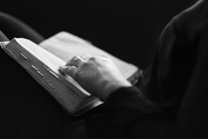 La femme a lu la bible images libres de droits