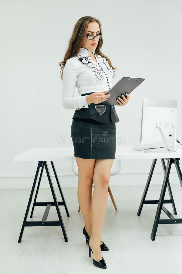 La femme a lu un rapport dans le bureau photographie stock libre de droits