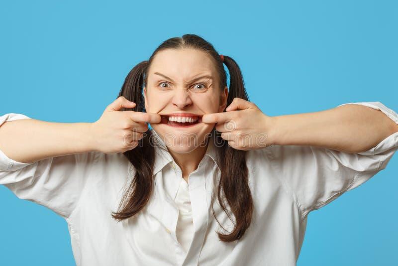 La femme lui montre des dents photos libres de droits
