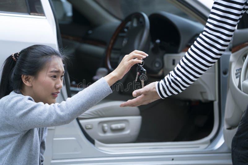 La femme a lutté avec un voleur ou un agresseur de voiture photographie stock