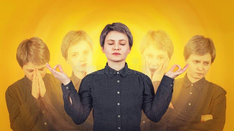 La femme méditent aussi pour souffrir des émotions fendues Concept multipolaire de d?sordre de sant? mentale La maladie psychiatr images libres de droits