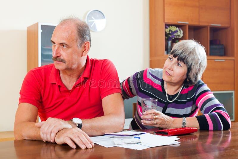 La femme mûre demande l'argent du mari image libre de droits