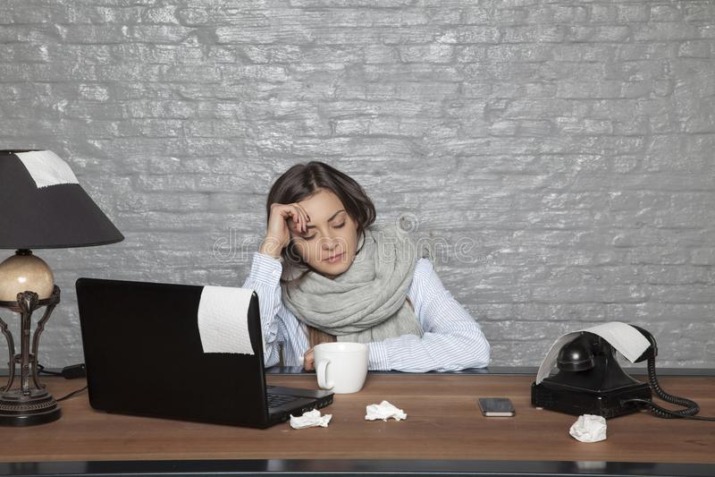 La femme malade d'affaires somnole au bureau photo libre de droits