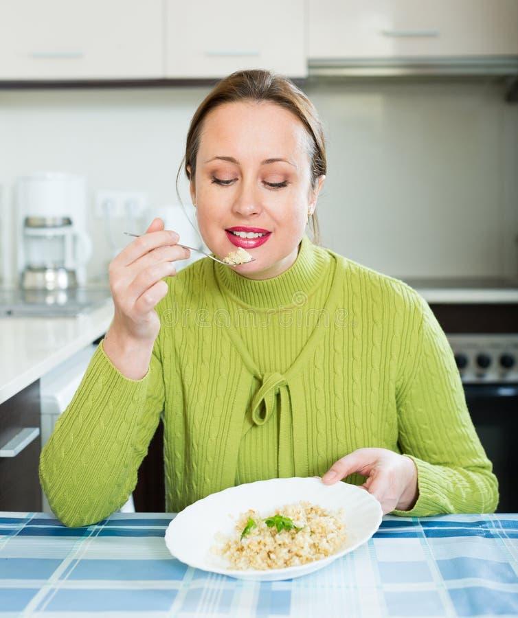 La femme mange du riz photos libres de droits