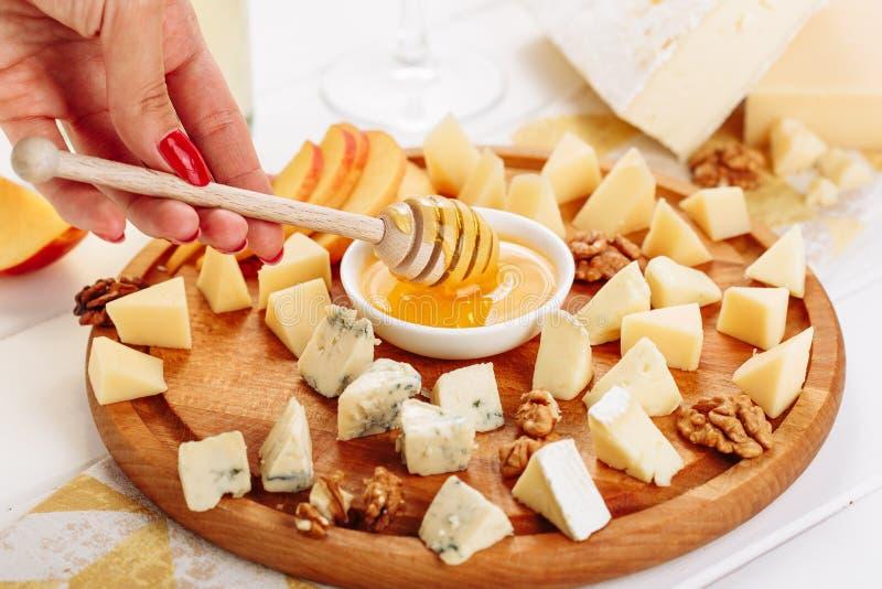 La femme mangent de grands Plats gastronomiques italiens de panneau de fromage photo stock