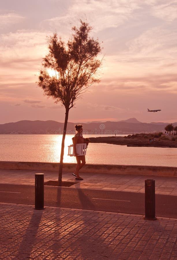 La femme marche à la maison de la plage dans le beau paysage photos stock