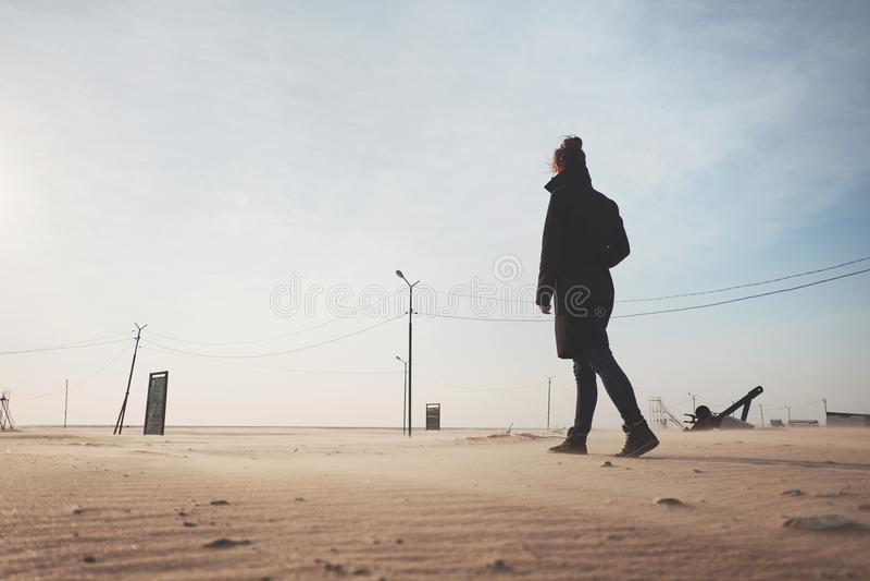 La femme marche dans le désert images libres de droits