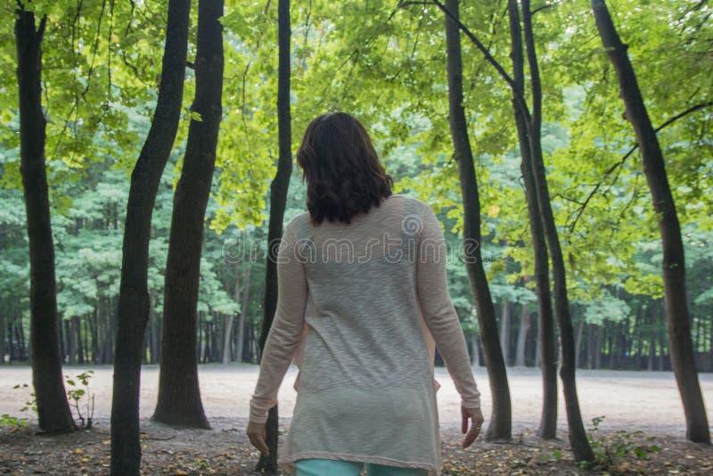 La femme marche dans un peuple mystique images stock