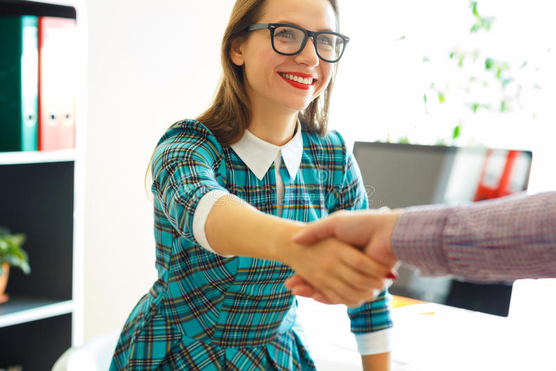 La femme moderne d'affaires avec le bras s'est prolongée à la poignée de main photographie stock