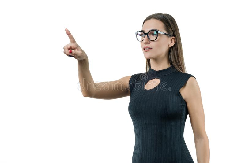 La femme moderne d'affaires utilisant la technologie numérique dans le lieu de travail, utilise un écran virtuel, poussant sur le photographie stock libre de droits